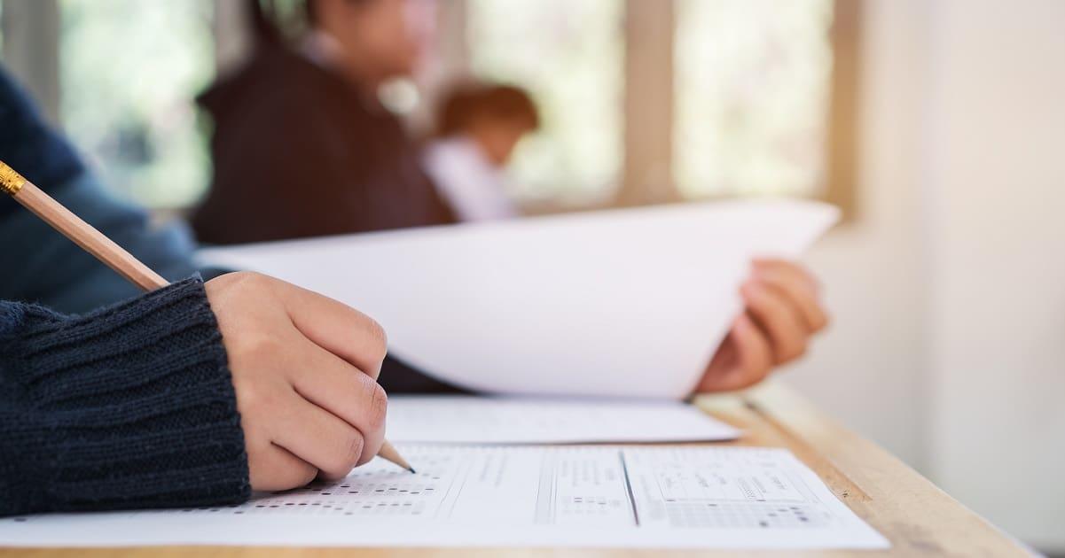 شخص يكتب في امتحان ielts